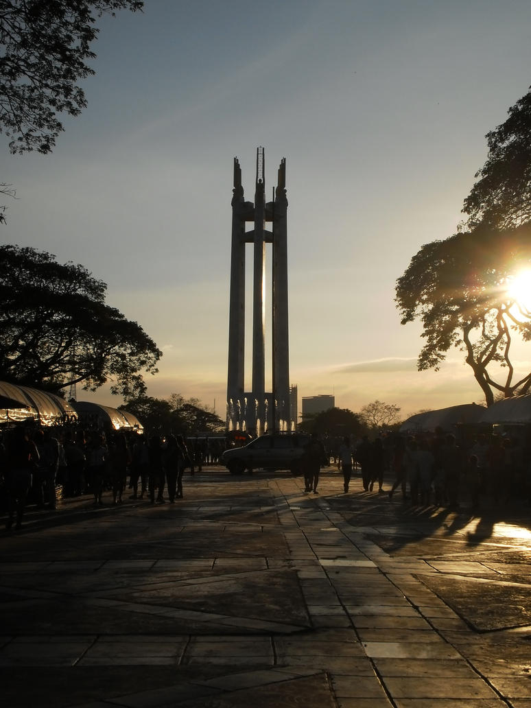 Quezon City Circle Monument by syeri