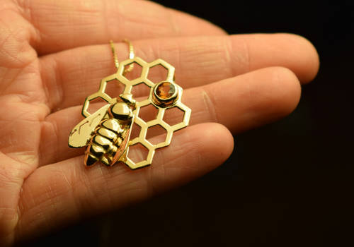 Bee pendant in gold