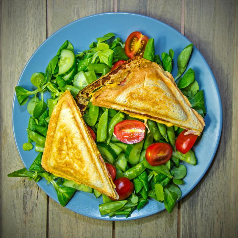 Hot sandwich on a green sallad by attomanen