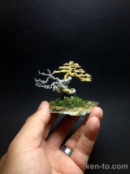 Gold deadwood wire bonsai tree by Ken To