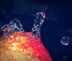 water on apple by ThErEaLDoLLyFrikka