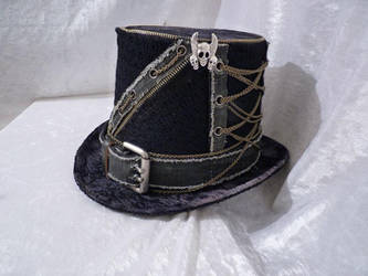 Black Jeans chain top hat by Serata