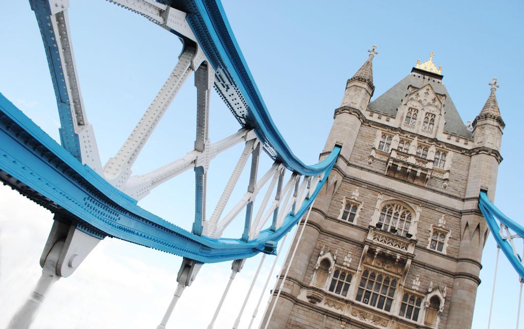 tower bridge by Steeeffiii