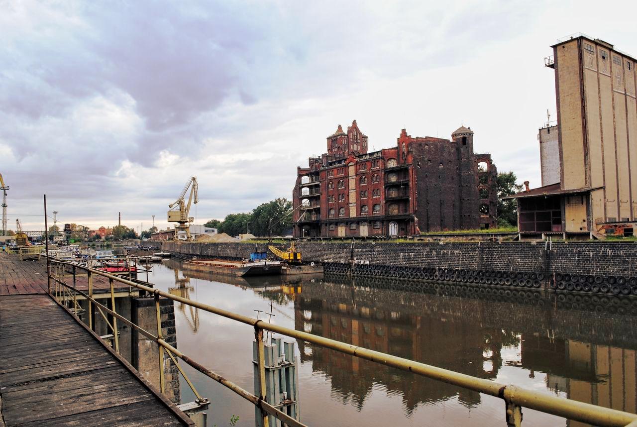 City harbour by Wanderlouve