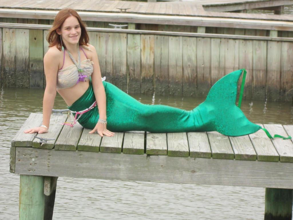 Mermaid at the dock by ShuzuriRaika