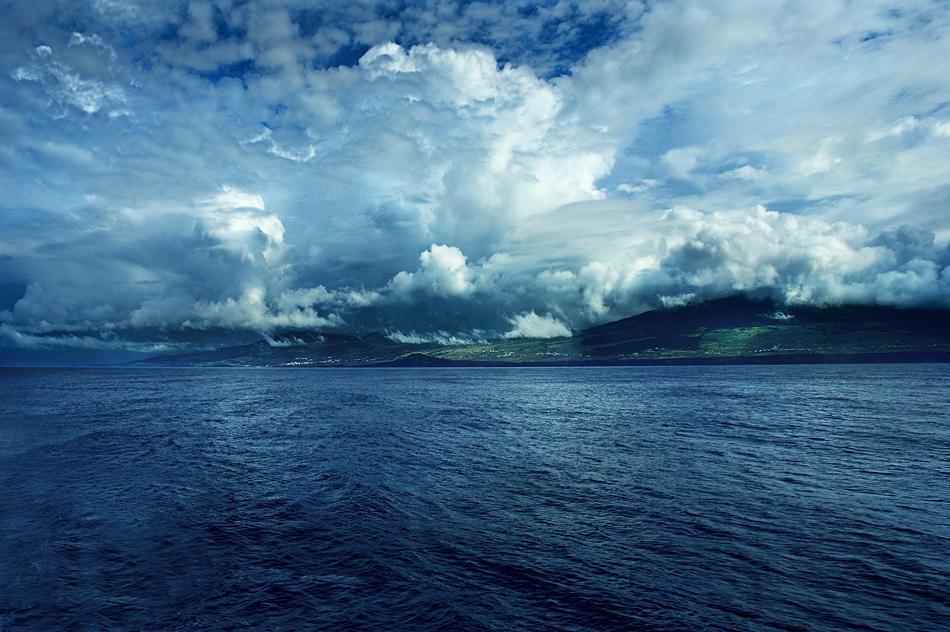 Sailing at 38 48' 51'N   27 28' 04'W by Ananyana