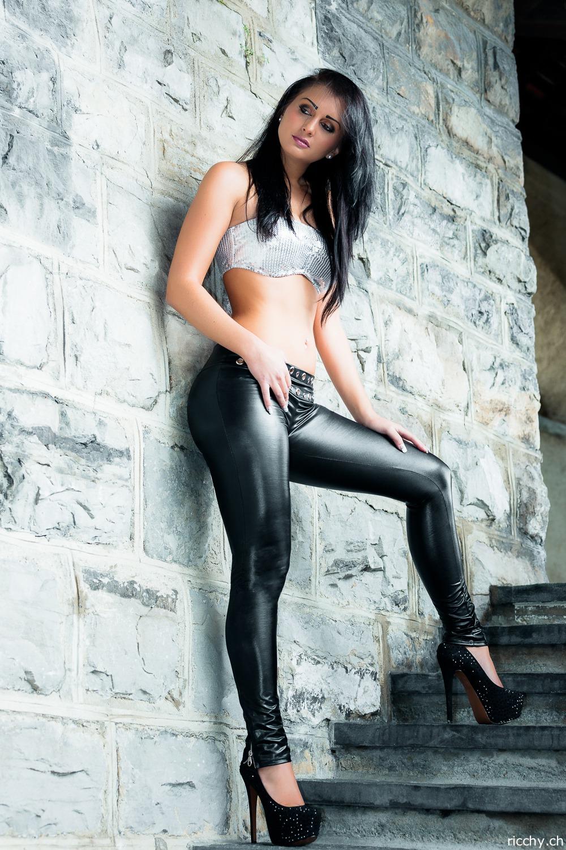 Фото секси женщины в кожаных брюках 21 фотография