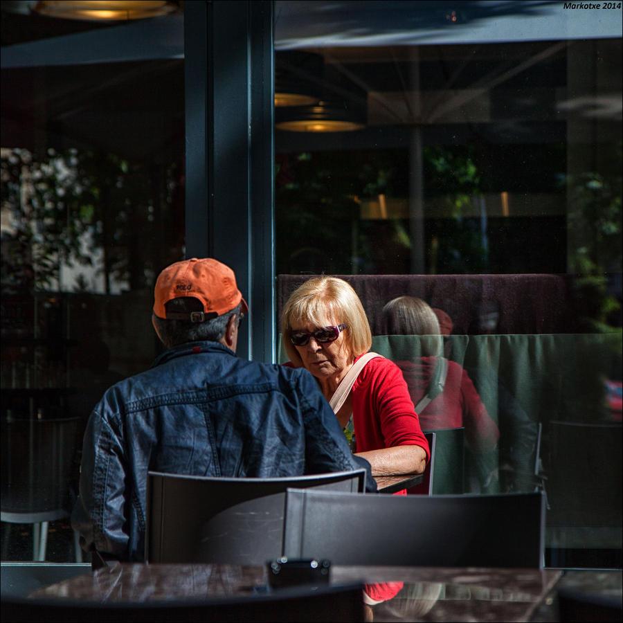 La dame en rouge et lunettes noires by Markotxe