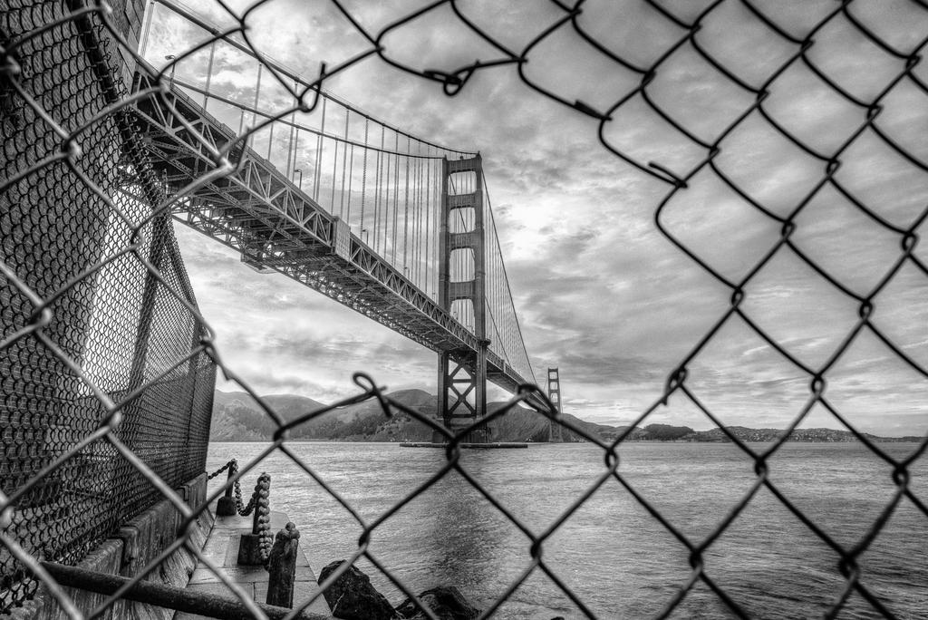 The Google Game - Pagina 2 Golden_gate_arrested_bw_by_alierturk-d6m552n