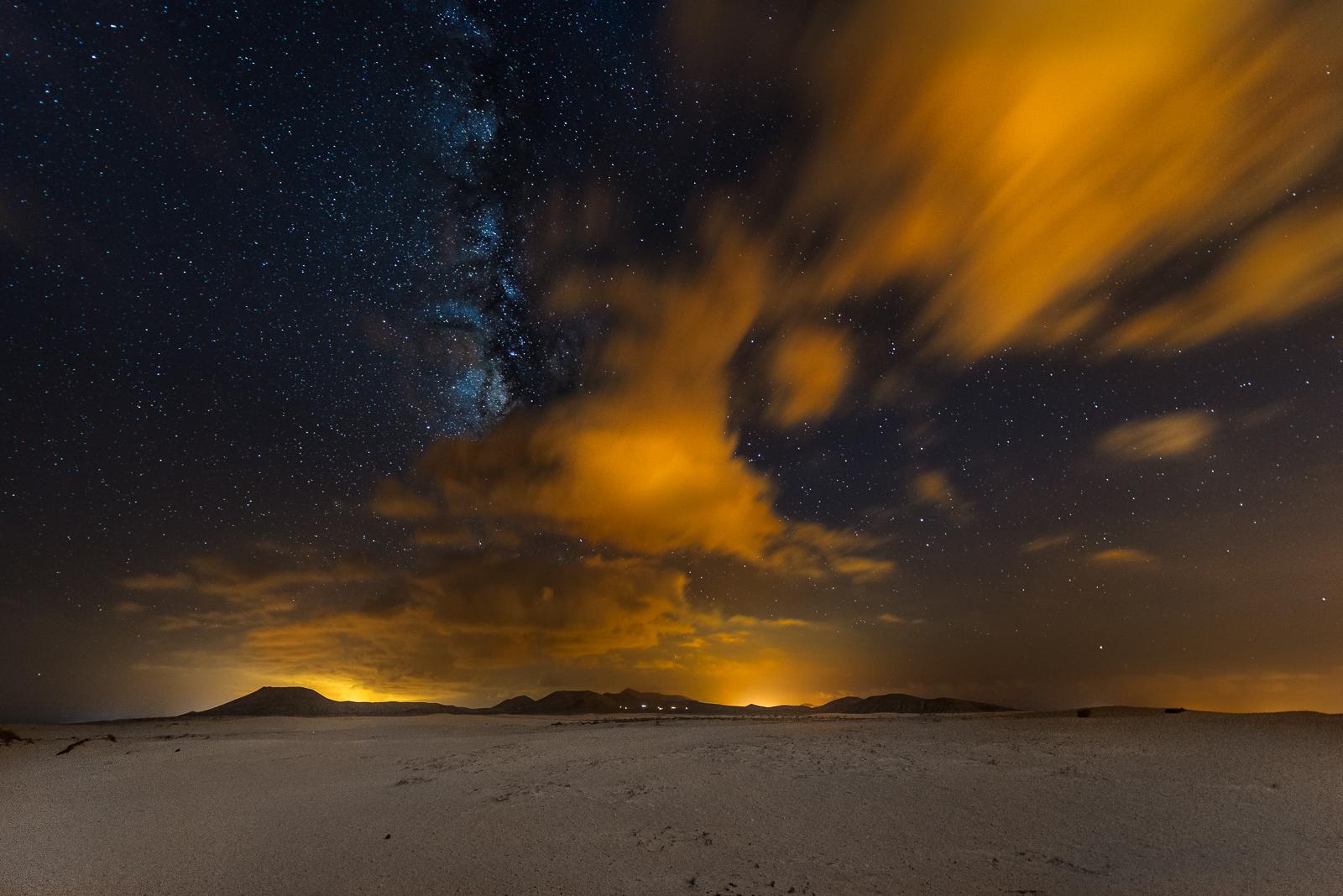 Fuerteventura, desert auroras by alierturk