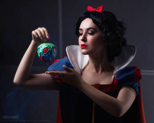 Snow White and a poison apple by Shinkarchuk