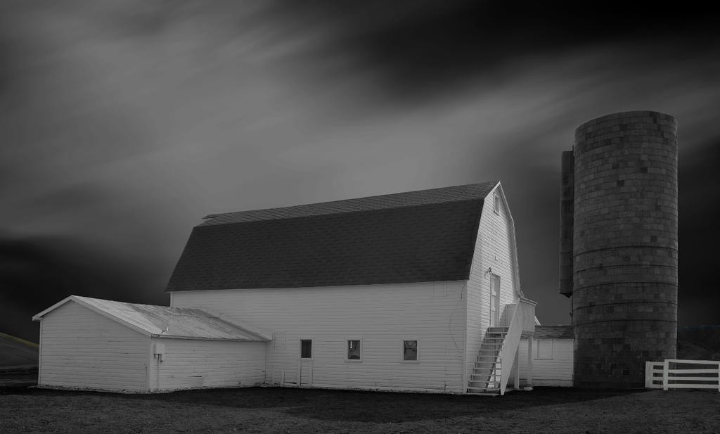 Barn and Silo by kevoka