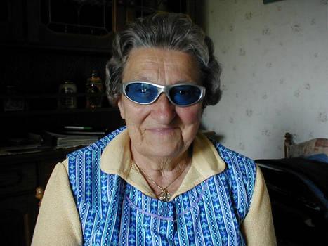 oma traegt meine sonnenbrille