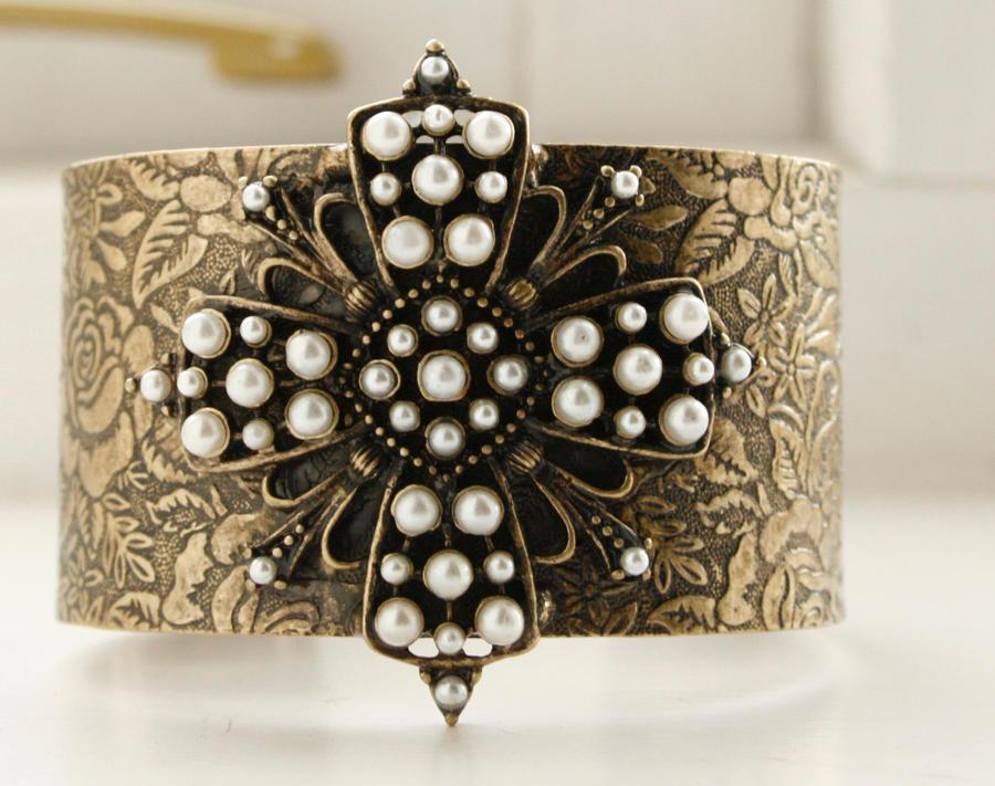 Bracelet by Gjarperi
