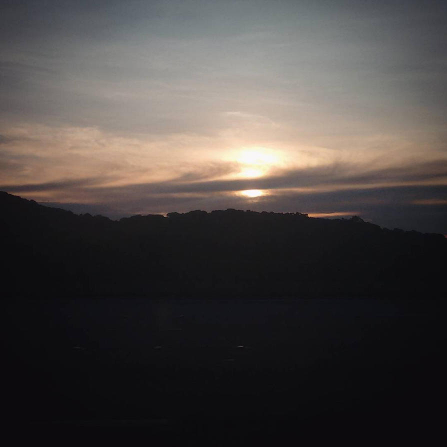 O sol se vai, dando assim o seu lugar a lua... by INeedMyMedic