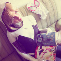 SpiderGwen reading SpiderGwen by Ruiz-Davila