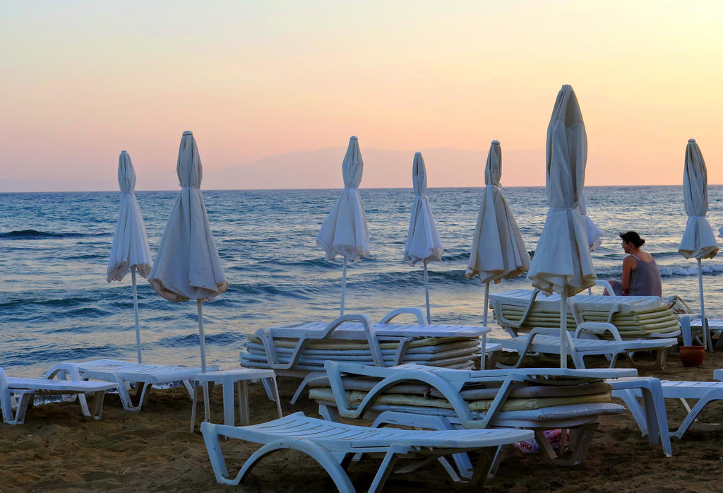 Twilight on the Beach by tahirlazim