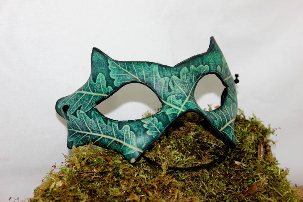 Leaf embossed leather mask by akinra-workshop