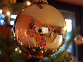 Gold christmas ball :D by KaroG