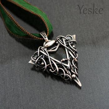 Kathia | Wire-work pendant with labradorite by YeskeCrafts