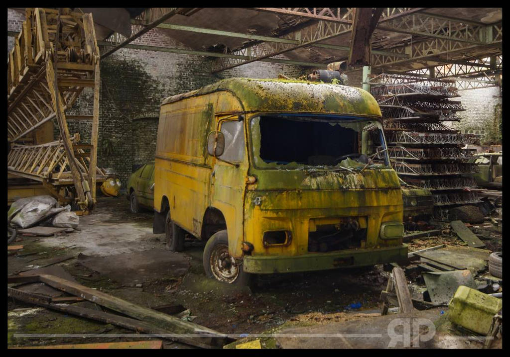 yellow bus by zarcoh