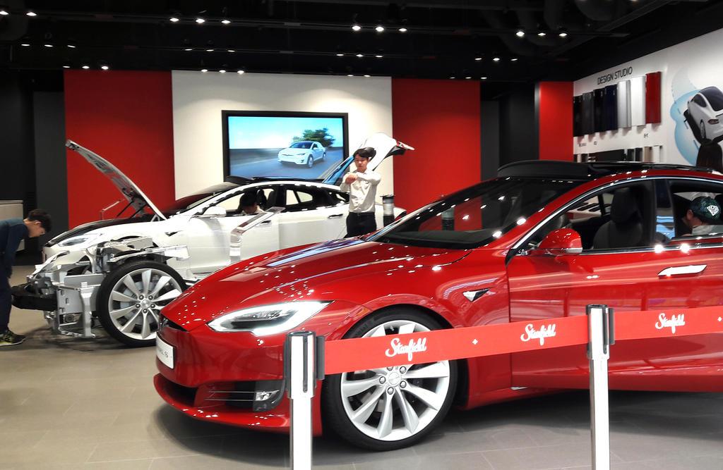 Tesla Showroom in Hanam Starfield by toyonda