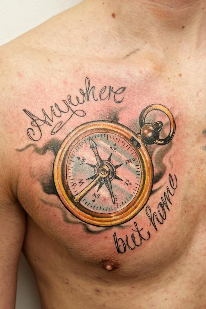 Тату компас с надписью