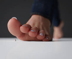 Walking barefoot - Lighting and DOF Test by Uschi3