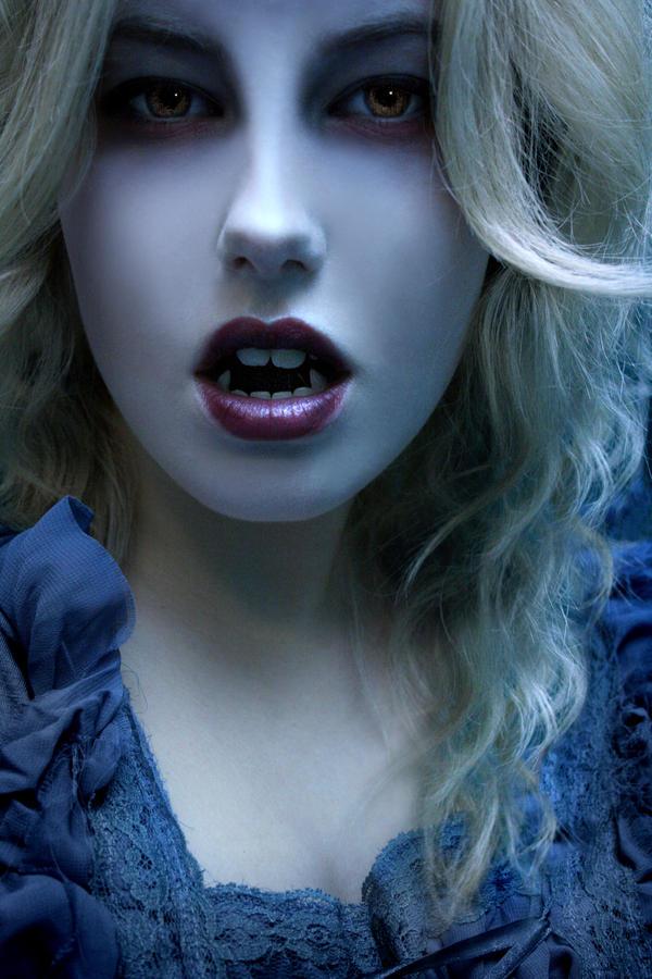 http://fc03.deviantart.net/fs39/i/2008/320/d/9/Vampire_by_Hiilda.jpg