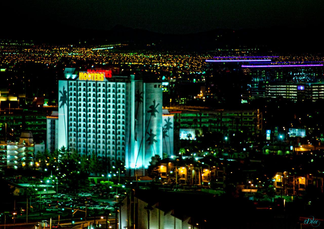 Vegas Hooters at Night