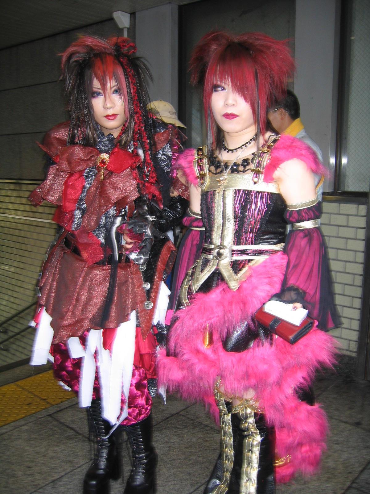 http://fc05.deviantart.com/fs11/i/2006/212/2/a/Gothic_Harajuku__by_BellKatie.jpg