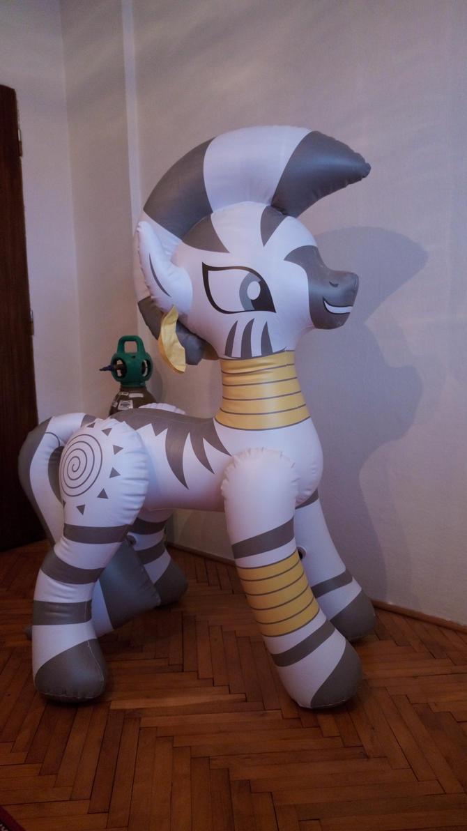 [Obrázek: inflatable_zecora_zebra_from_hongyi_by_a...azvtti.jpg]