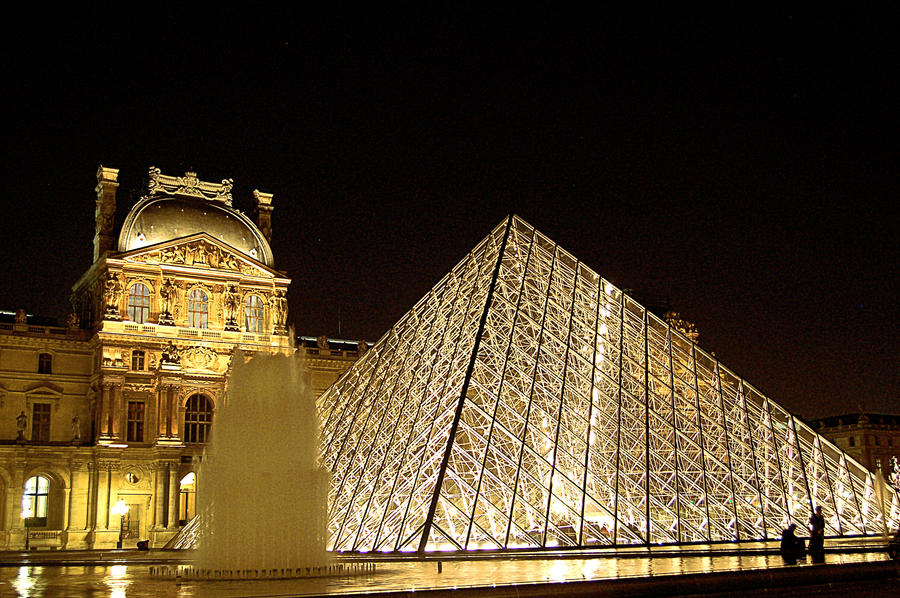 Louvre Pyramid by AlanSmithers