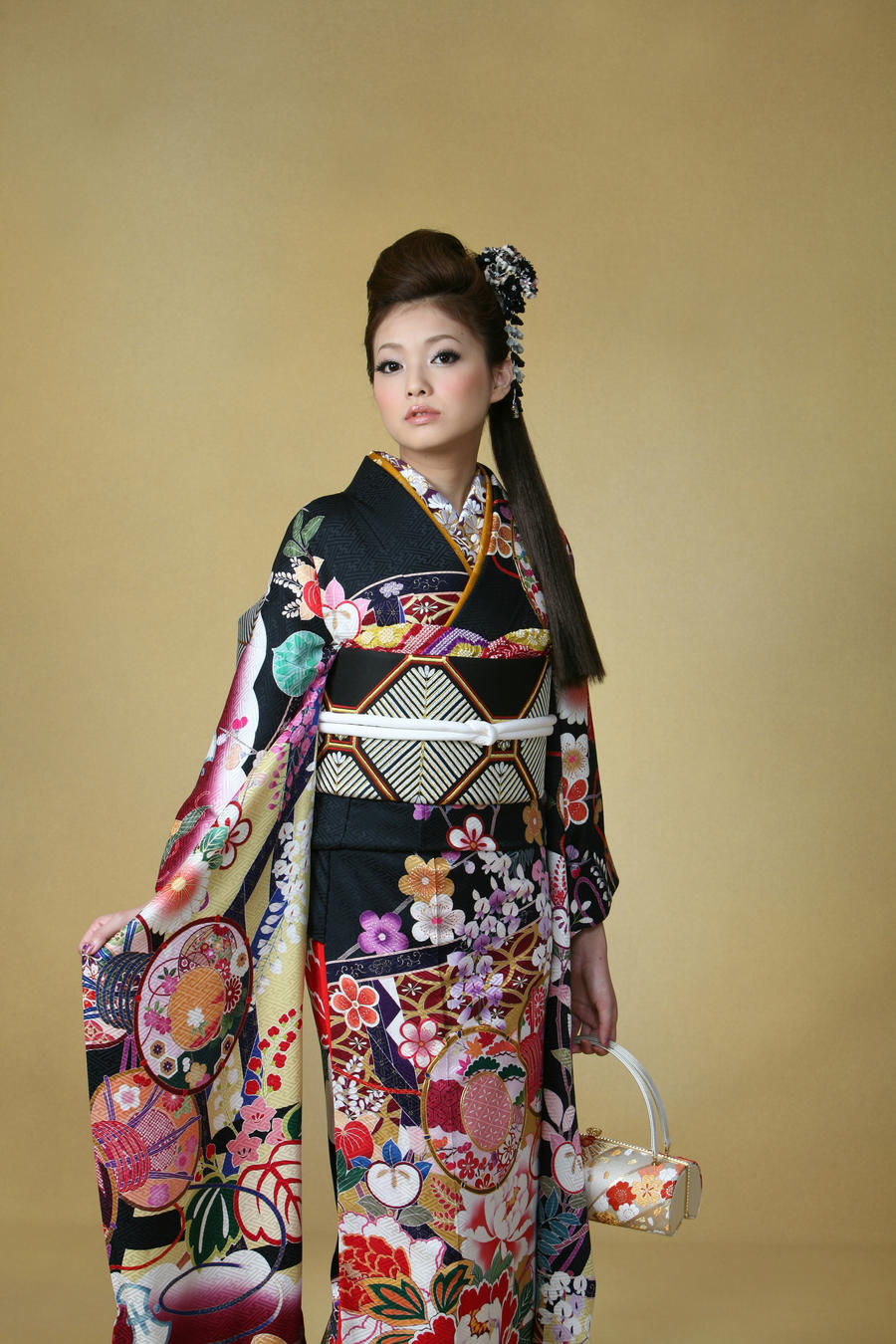 japanese kimono Kimonos are the traditional dress of japan traditionally hand made from silk, modern kimonos are now often made from easy-care fabrics that are easier, faster and less expensive to manufacture.