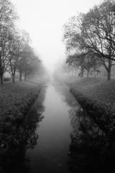 Monochromer Nebelfluss by Blaetterklingen
