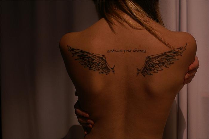 Красивые крылья тату для девушки