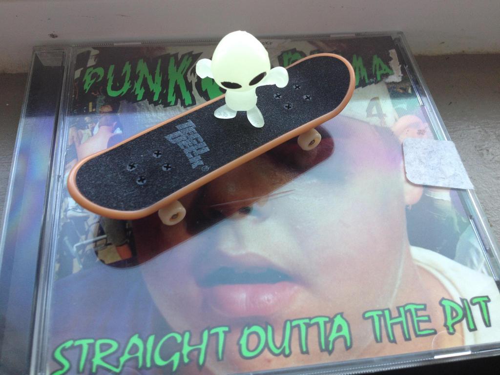 Skateboard alien! by freddyvsjasonvsme