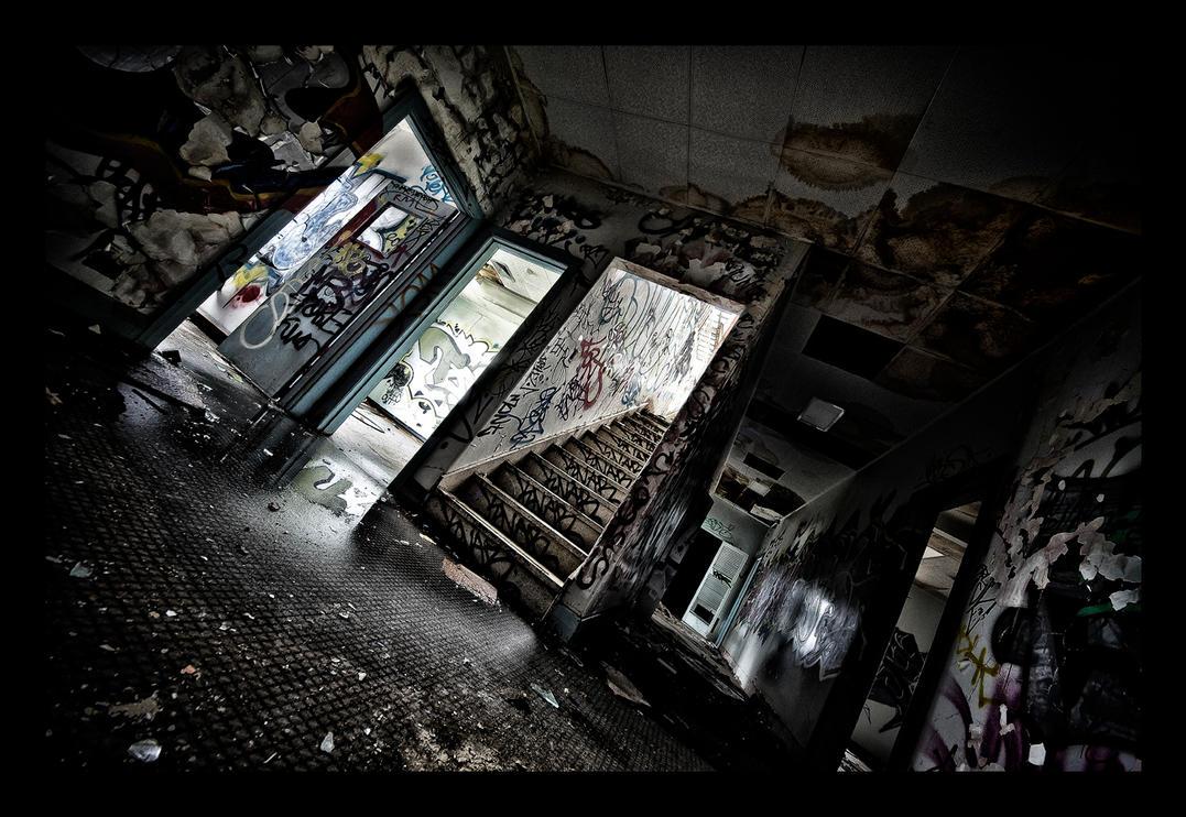 Deserted Hallways by WiDoWm4k3r