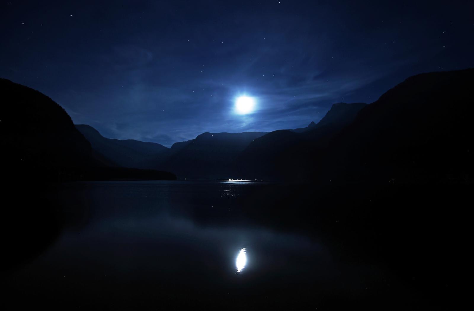 Night in Hallstatt by focusgallery