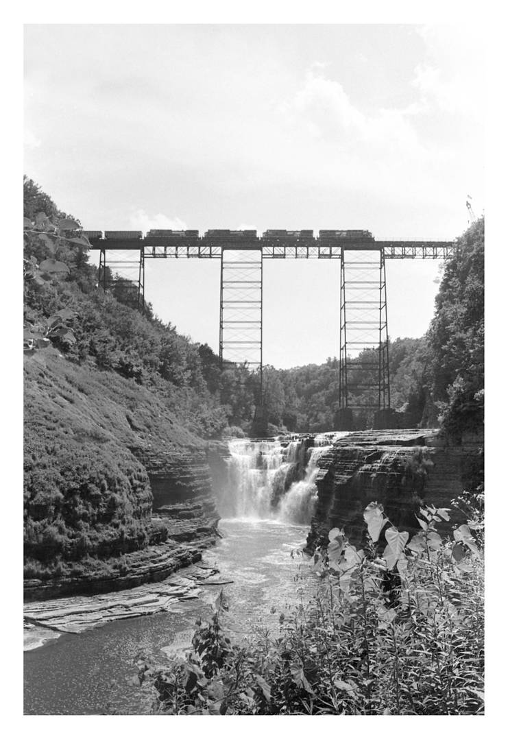 2016-210 Upper Falls bridge, with train by pearwood