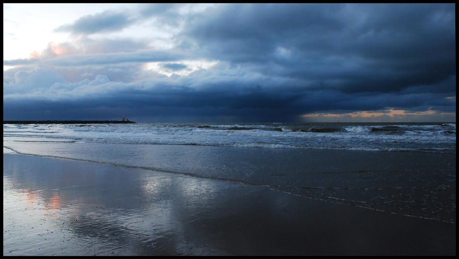 Evening clouds at Scheveningen by jchanders