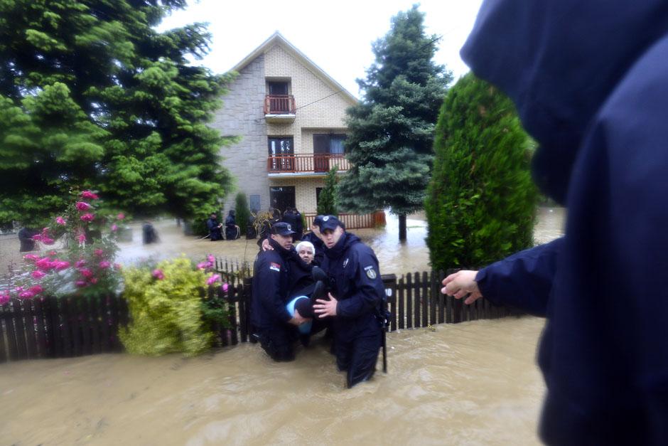 evakuisanje-ljudi-iz-poplava-Veliki-Crljeni-mo by RankaStevic