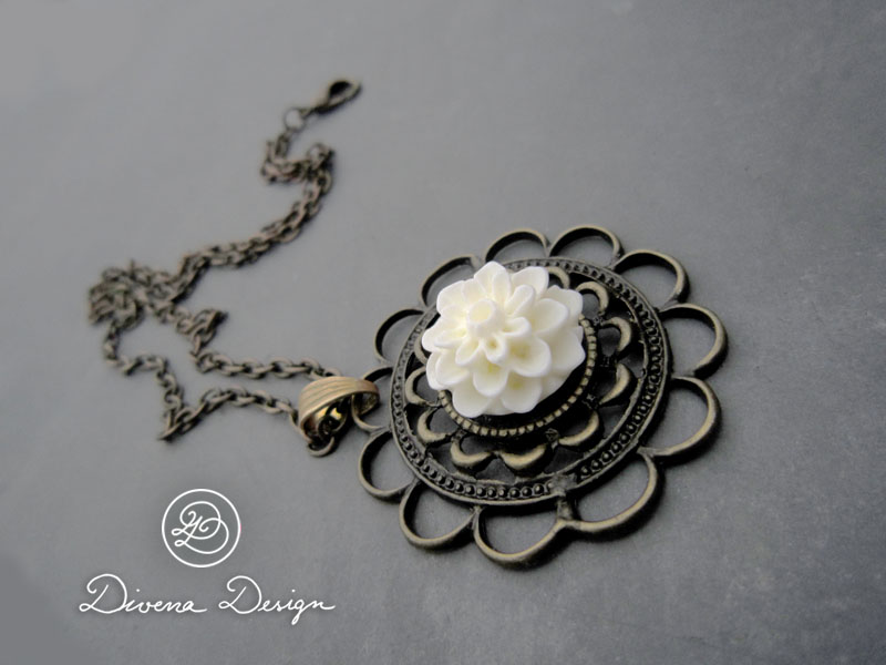 Vintage necklace with a romantic flower by Divenadesign