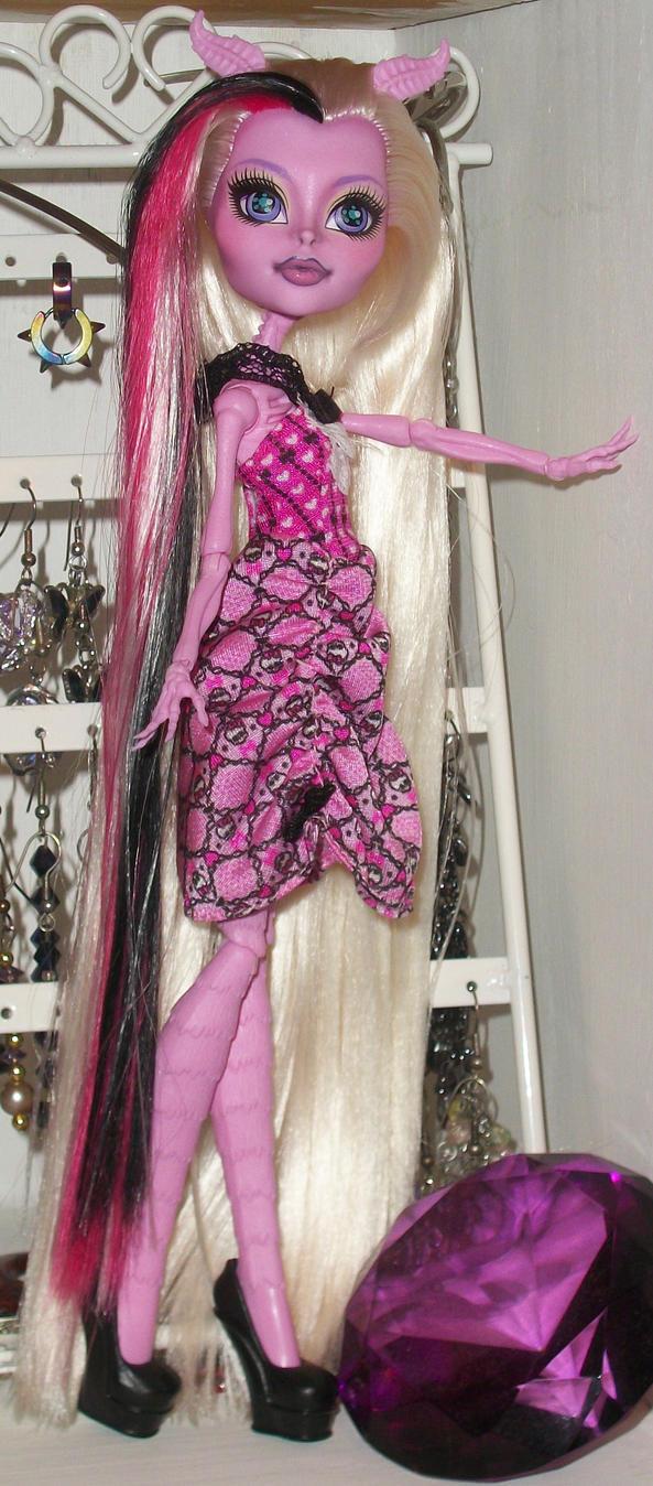 Glamorous Bonita by AlinaMau