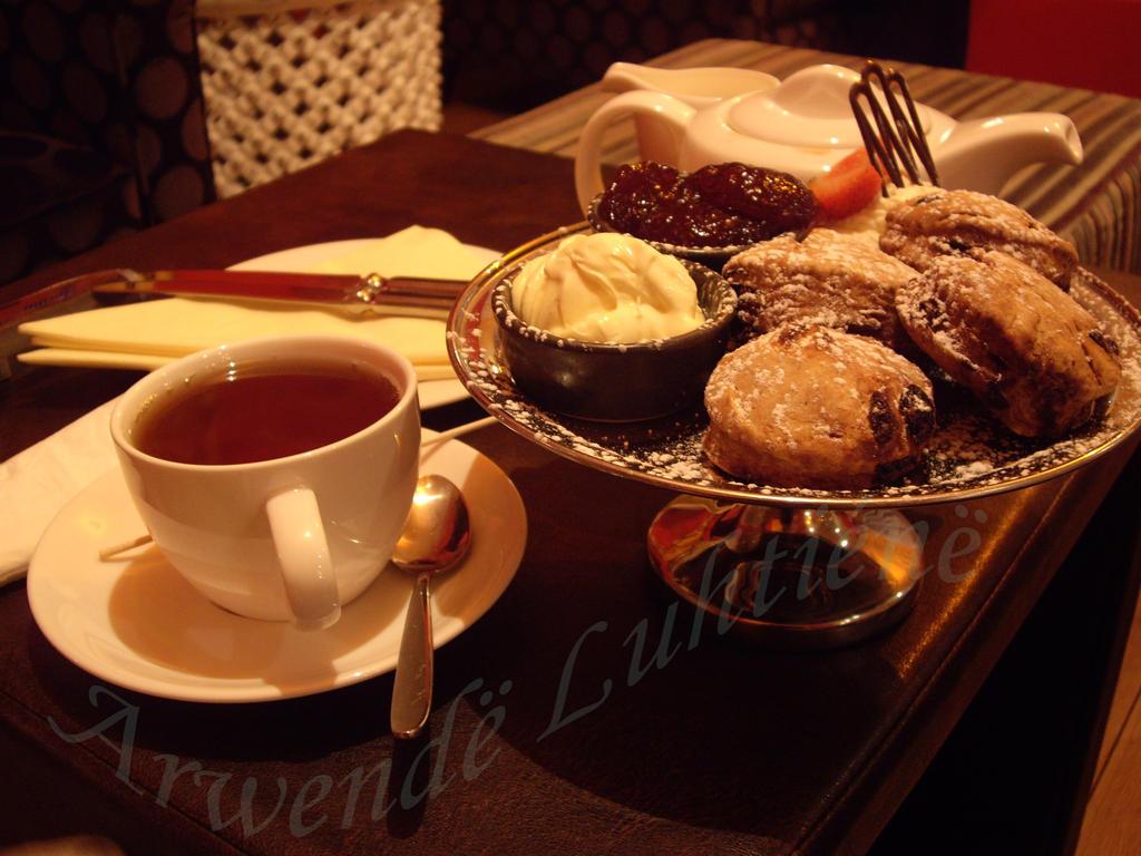 Tea and scones by ArwendeLuhtiene