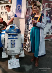 13th Doctor cosplay - Hanging out with R2D2 - I by ArwendeLuhtiene