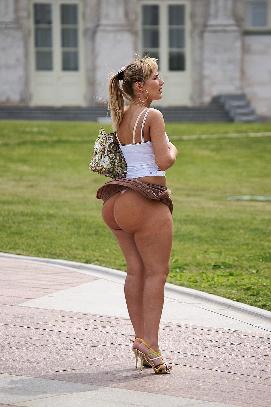 Короткие ролики дамы задирают юбку