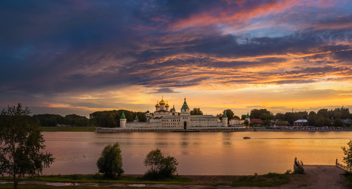 Ipatievsky monastery sunset view by AlexGutkin