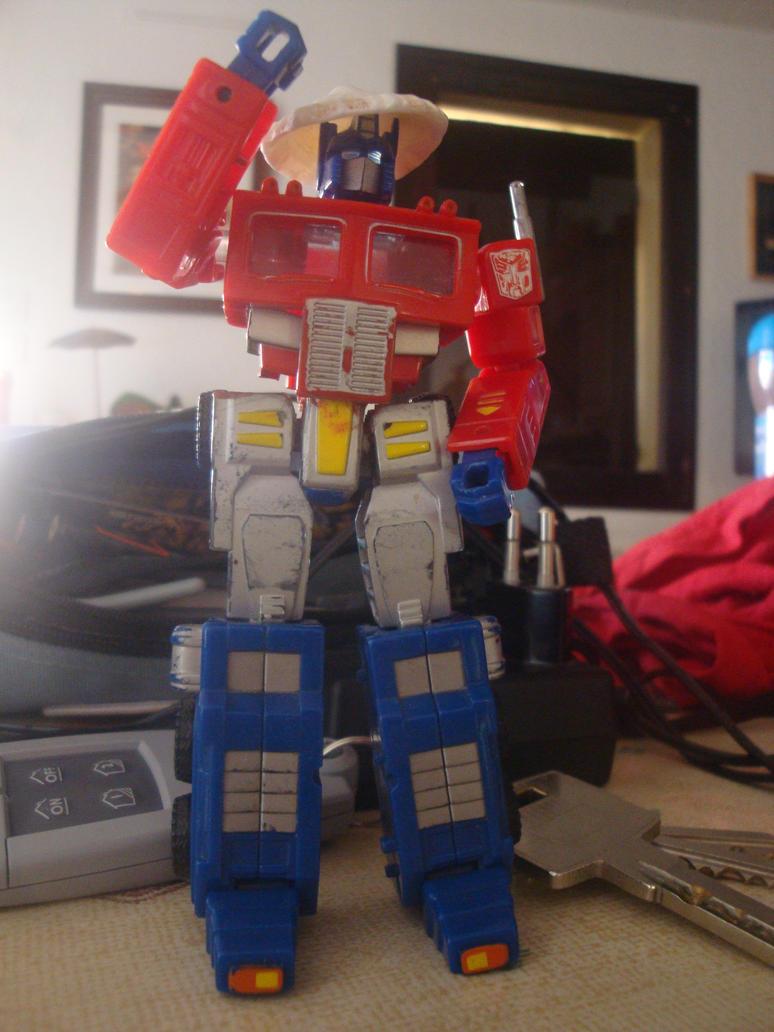 Question: Quel fut votre 1er jouet Transformers et quel fut votre 1er personnage Transformers préféré? - Page 3 Mon_gardien_et_son_new_chapeau_by_RadimusPrime