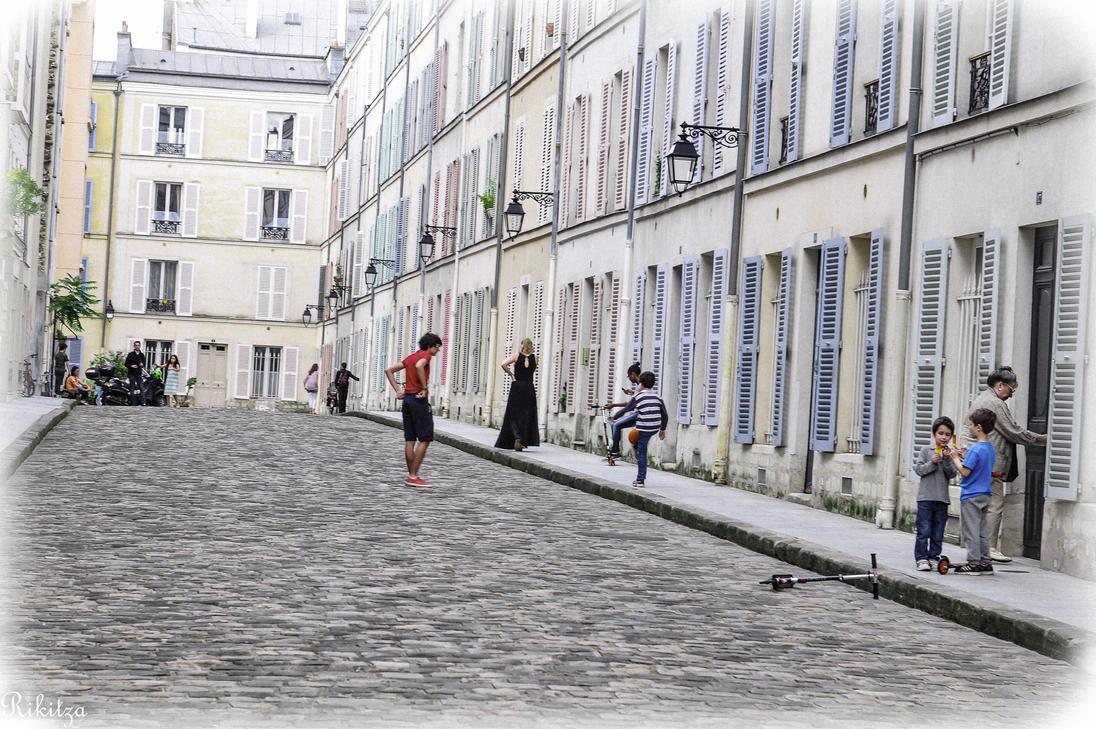 spontaneous scene in Paris by Rikitza
